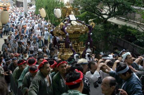 南部睦会の神輿が階段を登る