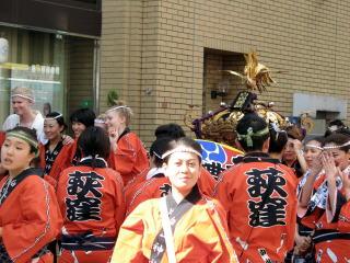 出御前、女神輿の周りは外人も加わり大賑わい