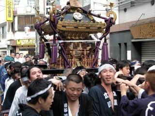 荻窪の町を練る神社(男)神輿