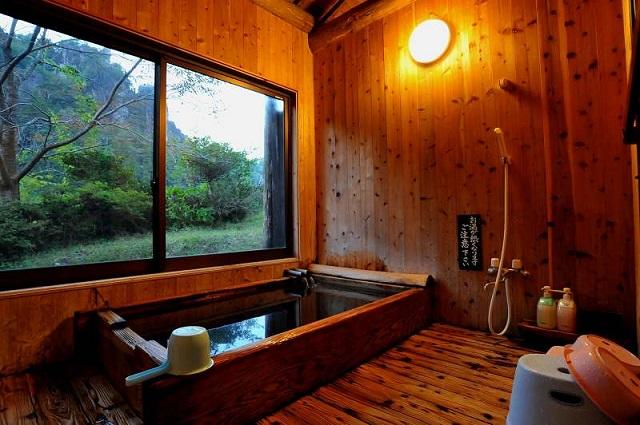 貸切家族風呂は1時間2,000円で源泉を一人占め