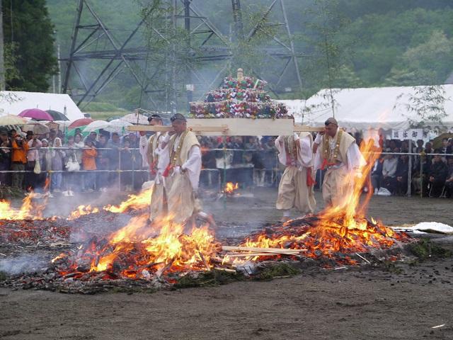 高尾山の「火渡り祭」