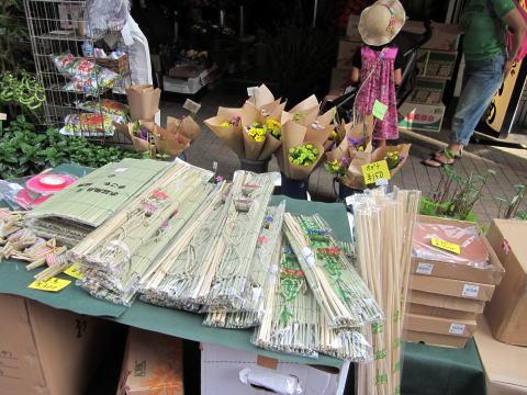 月島草市で唯一、お盆商品を売る露店