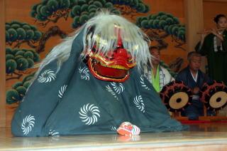 神楽殿で奉納される獅子舞、達者な芸だ