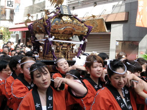 神社(女)神輿の出御